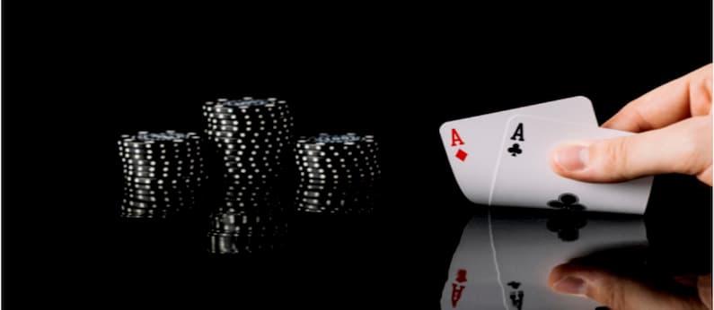 imagem de mesa com fichas e um baralho