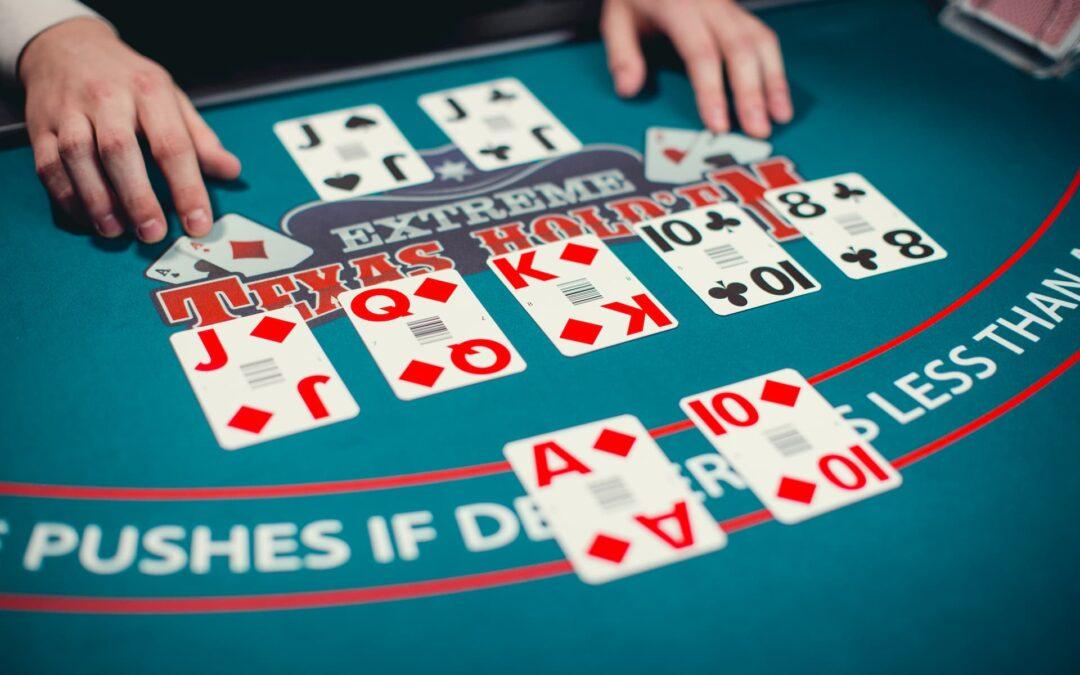 em uma mesa um dealer organiza cartas nas cores preta e vermelha
