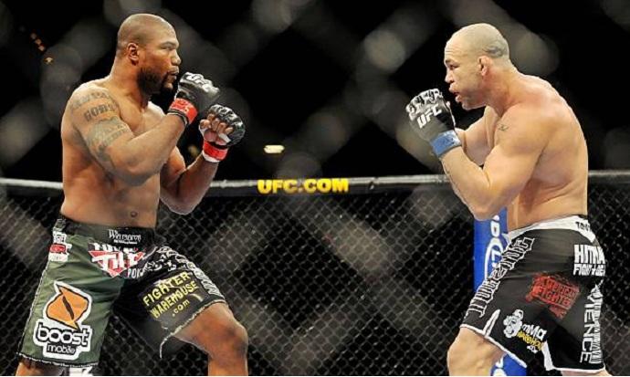 em octógono do UFC, Rampage Jackson e Wanderley Silva se encaram durante luta