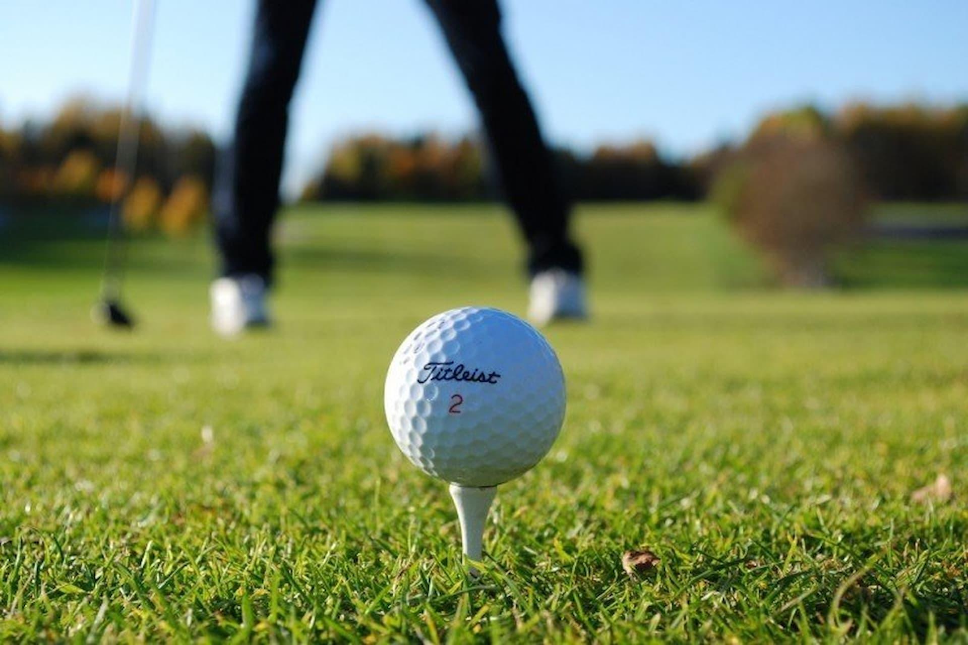 imagem ampliada de bola de golfe em gramado