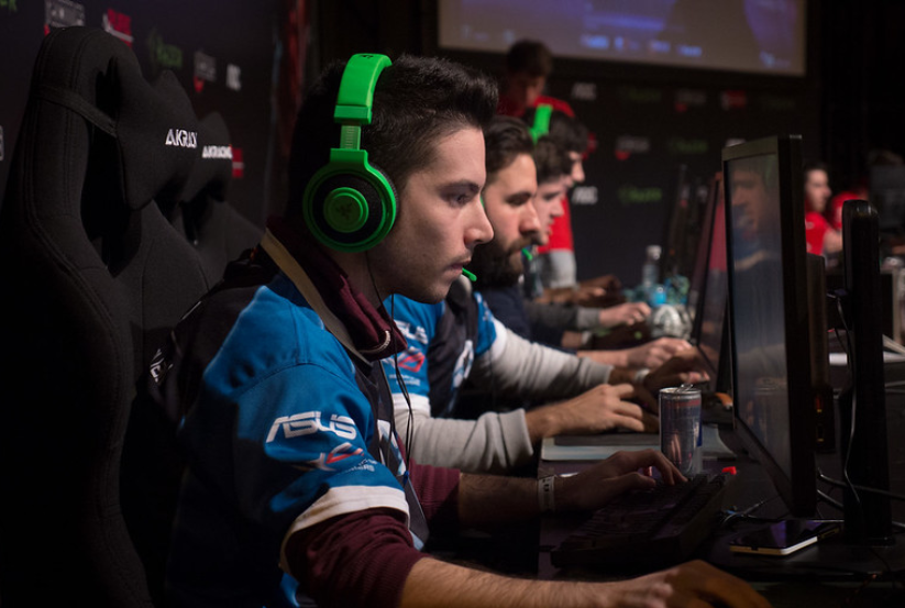 imagem de jogadores de CS:GO sentados enfileirados em meio a uma partida