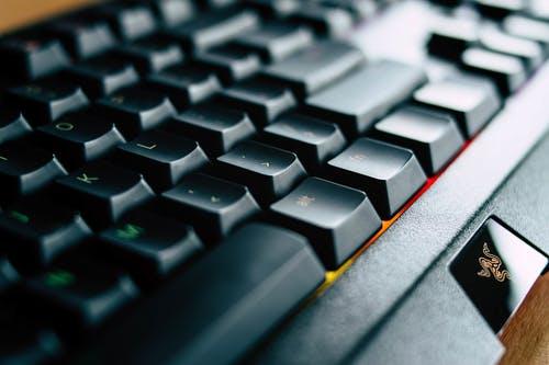 imagem aproximada de um teclado preto com iluminação colorida