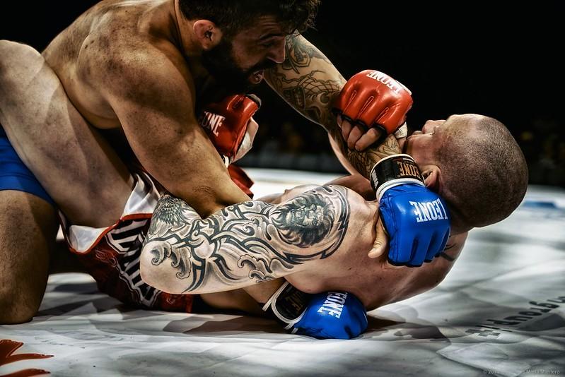 dois lutadores no chão de um octógono