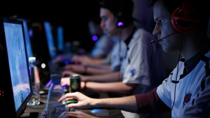 jogadores do dreamhack masters enfileirados durante partida