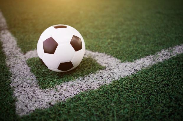 bola de futebol branca e preta em escanteio de futebol