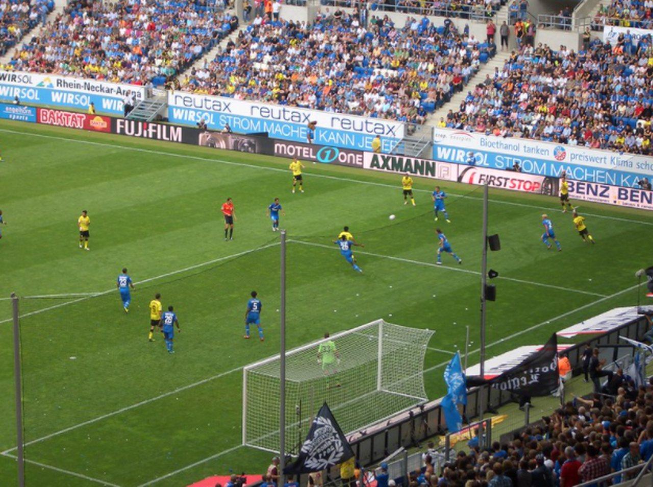 vista de cima de estádio de futebol com jogadores alemães em campo e arquibancadas lotadas