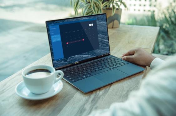 Imagem ampliada de pessoa mexendo no computador com uma xícara de café ao lado