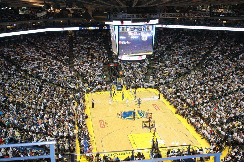 Visão panorâmica de um estádio de basquete durante uma disputa.