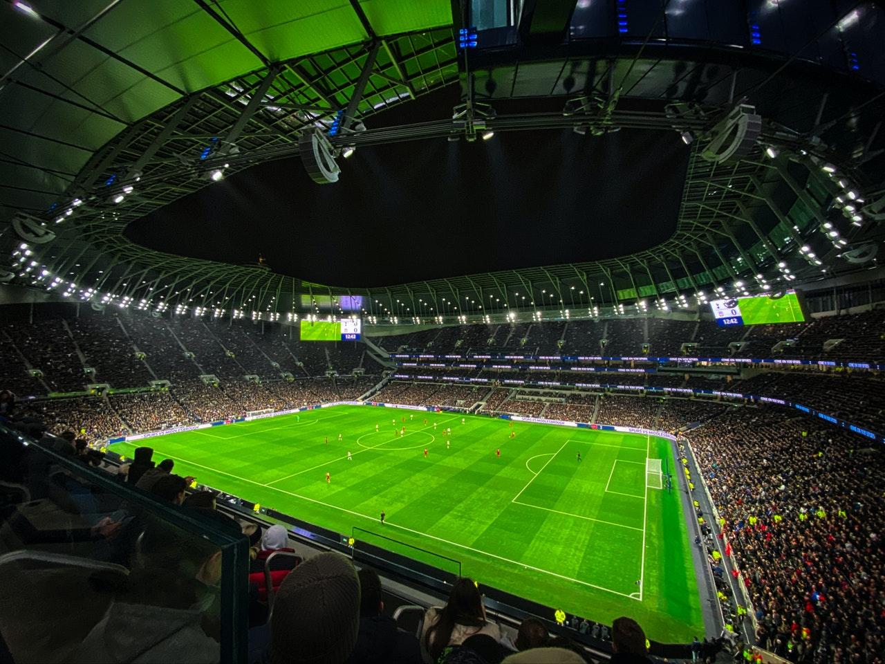 vista de campo de futebol sem jogadores com platéia lotada