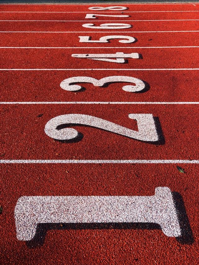 Visão lateral de uma pista de atletismo enumerada de um a oito.