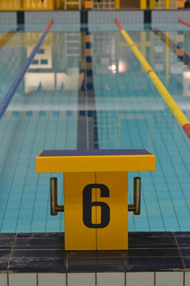 Piscina olímpica vazia, com detalhe para a raia número seis.