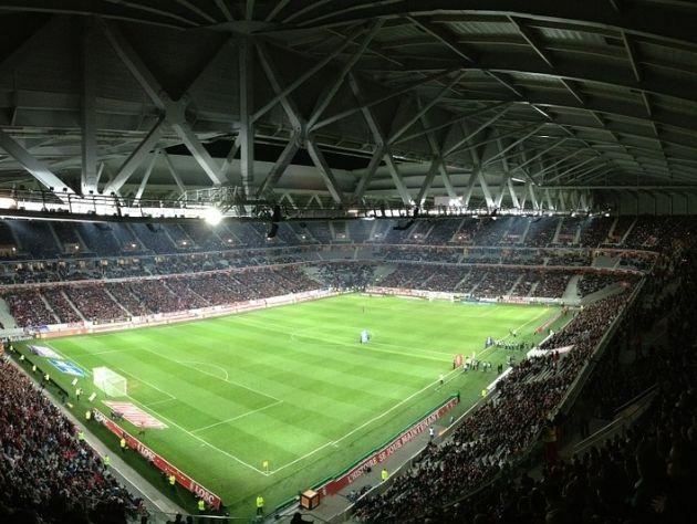 Estádio lotado durante partida de futebol.